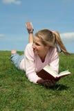 bokavläsningskvinna royaltyfri foto