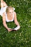 bokavläsningskvinna Royaltyfri Fotografi