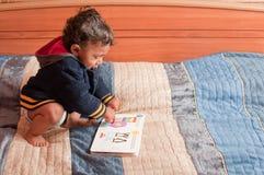 bokavläsningslitet barn Arkivbild