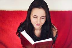 bokavläsningskvinna Royaltyfri Bild