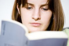 bokavläsningskvinna Arkivbild