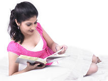bokavläsningskvinna Arkivbilder