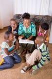 bokbarn mother avläsning till arkivfoto