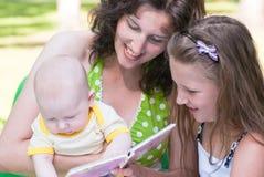bokbarn ser liten kvinna två Fotografering för Bildbyråer