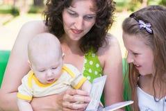 bokbarn ser liten kvinna två Arkivfoton