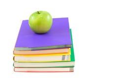 Bokbunt med äpplet som isoleras på vit bakgrund Arkivbilder