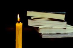 Bokbunt med stearinljus Royaltyfri Fotografi