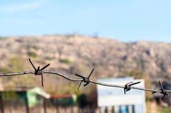 Boke dietro la rete metallica simbolizza i nostri sogni dietro fotografia stock libera da diritti