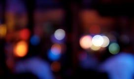 Bokeh与五颜六色的光的酒吧背景 免版税库存图片