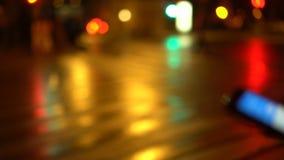 Bokeh夜城市街道 汽车有他们的被转动的车灯 行人穿越道 股票录像