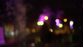 Bokeh夜城市街道 汽车有他们的被转动的车灯 影视素材