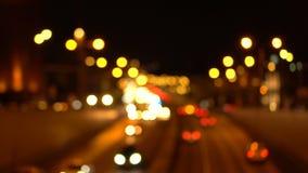 Bokeh夜城市道路 汽车有他们的被转动的车灯 股票视频