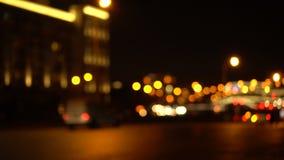 Bokeh夜城市道路 汽车有他们的被转动的车灯 影视素材