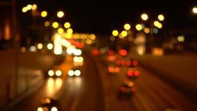 Bokeh夜城市道路 汽车有他们的被转动的车灯 股票录像