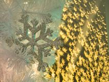 Bokeh星形状在雪花得体后的样式显示 免版税库存图片