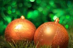 Bokeh золотых шариков украшения рождества зеленое Стоковая Фотография