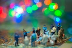 Bokeh освещает - миниатюрные пограничные патрули США концепции людей игрушки против группы в составе переселенец от Мексики Стоковое Изображение RF