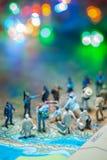 Bokeh освещает - миниатюрные пограничные патрули США концепции людей игрушки против группы в составе переселенец от Мексики Стоковое Фото
