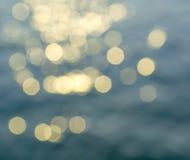 Bokeh отражения света солнца на поверхности воды Стоковая Фотография