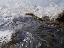 Bokeh резюмирует предпосылку преднамеренно из фокуса, или defocused падая брызг моря против голубого неба Стоковые Изображения RF