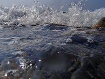 Bokeh резюмирует предпосылку преднамеренно из фокуса, или defocused падая брызг моря против голубого неба Стоковая Фотография RF