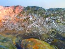 Bokeh резюмирует предпосылку преднамеренно из фокуса, или defocused падая брызг моря против голубого неба Стоковые Изображения