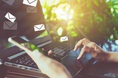 使用收到的智能手机的妇女手送和事务的电子邮件 免版税库存图片