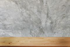 Пустой темный деревянный стол перед абстрактной запачканной предпосылкой bokeh ресторана стоковая фотография rf