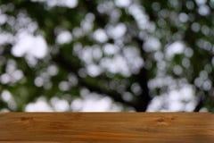 Пустой темный деревянный стол перед абстрактной запачканной предпосылкой bokeh ресторана стоковые фотографии rf