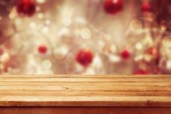 圣诞节与空的木甲板桌的假日背景在冬天bokeh 为产品蒙太奇准备 库存图片