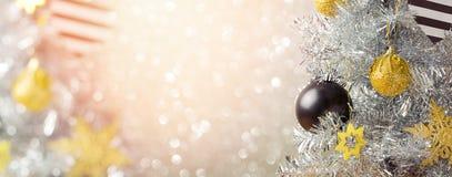 圣诞节假日与圣诞树的横幅设计在bokeh背景 库存图片