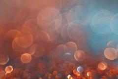 Bokeh alaranjado da abstração em um fundo azul defocused imagem de stock