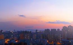 Bokeh astratto della sfuocatura della città della luce notturna al tramonto immagini stock