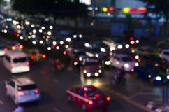 Bokeh av aftontrafikstockning på vägen i stad Arkivfoton