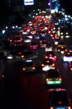 Bokeh av aftontrafikstockning på vägen i stad Arkivbild