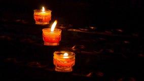 Bokeh av röda stearinljus inom en europékyrka lager videofilmer