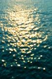 Bokeh av solreflexioner på havsvatten Arkivfoto