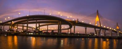 Bokeh bakgrund av den Bhumiphol bron som är bekant som industriella Ring Road Bridge Royaltyfria Bilder