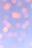 Bokeh beleuchtet Hintergrund Hellblau und Pfirsich Stockfotos