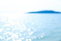 Bokeh borroso de la reflexión en el mar azul Imagenes de archivo