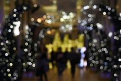 Bokeh brouillé d'image des personnes marchant à Noël de la Thaïlande et au marché de nouvelle année Image stock