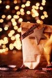 Bokeh chispeante de las luces de la Navidad con los regalos Fotografía de archivo