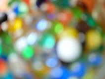 Bokeh colorido borrado, mármores de vidro e grânulos fotos de stock