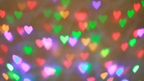 Bokeh colorido de las guirnaldas del centelleo en la forma del corazón usado como fondo para el día de tarjetas del día de San Va almacen de metraje de vídeo