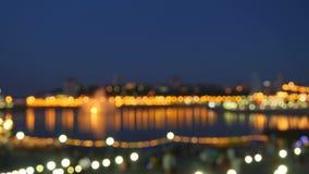 Bokeh colorido Fondo oscuro borroso de la gente del puente en la noche almacen de video