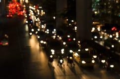Bokeh d'annata dell'ingorgo stradale di sera sulla strada in città Immagini Stock Libere da Diritti