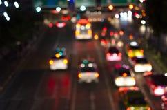 Bokeh d'embouteillage de soirée sur la route dans la ville photographie stock libre de droits