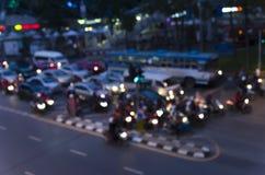 Bokeh d'embouteillage de soirée sur la route dans la ville photo libre de droits