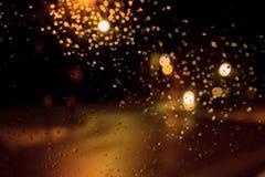 Bokeh da noite, chuva Pingos de chuva em uma janela com fora do estreptococo do foco Fotos de Stock