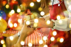 Bokeh de cadeau et de lumière de Noël Images stock
